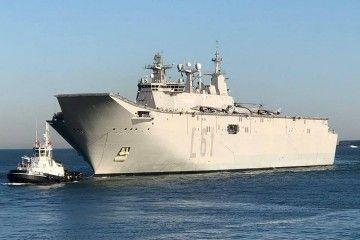 """El buque LPD """"Juan Carlos I"""", en la maniobra de atraque en Getxo"""