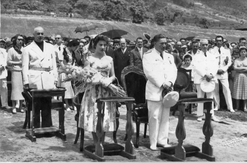 Regina Gallarza, madrina de la inauguración del aeropuerto, junto a su padre, el ministro del Aire