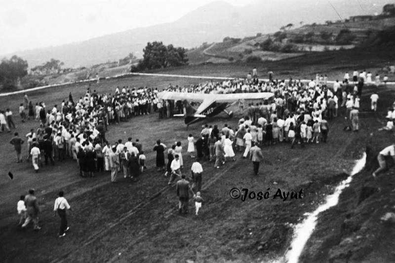 El público rodea la avioneta del aeroclub tras su aterrizaje (1952)
