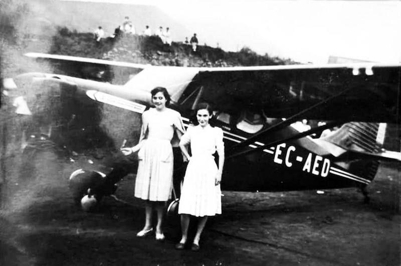 Dos jóvenes posan junto a la avioneta del aeroclub de Tenerife