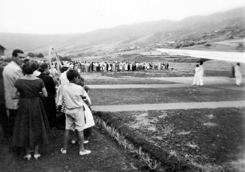 El público presencia la llegada de los aviones y sus pasajeros