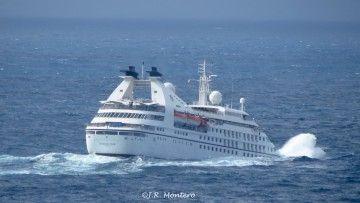 """El buque """"Seabourn Pride"""" mete la proa y abre un abanico de agua"""