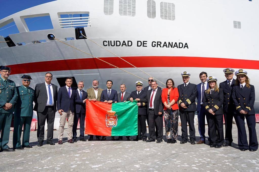 """Foto de familia bajo la amura de babor del buque """"Ciudad de Granada"""""""