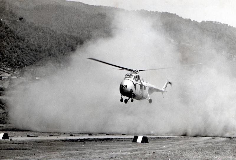 Helicóptero Sikorky S-55 tomando tierra en el aeropuerto de Buenavista