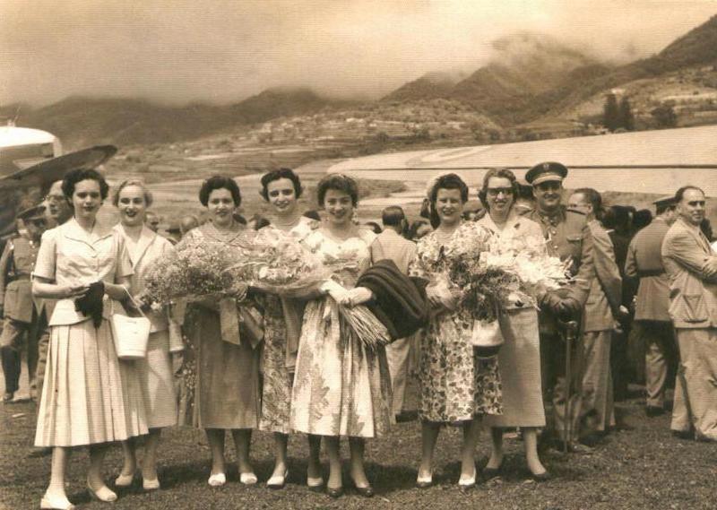 Grupo de señoras junto a Regina Gallarza