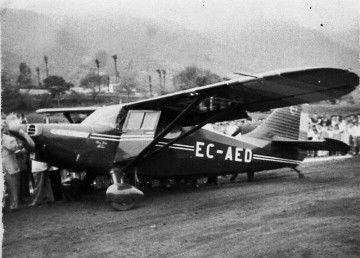 La avioneta Stinson EC-AED fue la primera que aterrizó en la pista en obras del aeropuerto de Buenavista