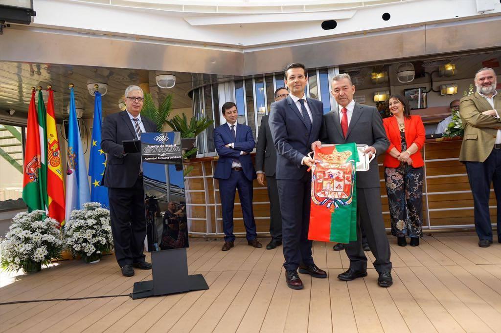 El alcalde de Granada, Francisco Cuenca, hace entrega de una bandera de la ciudad a Paulino Rivero, en representación del Grupo Armas-Trasmediterránea