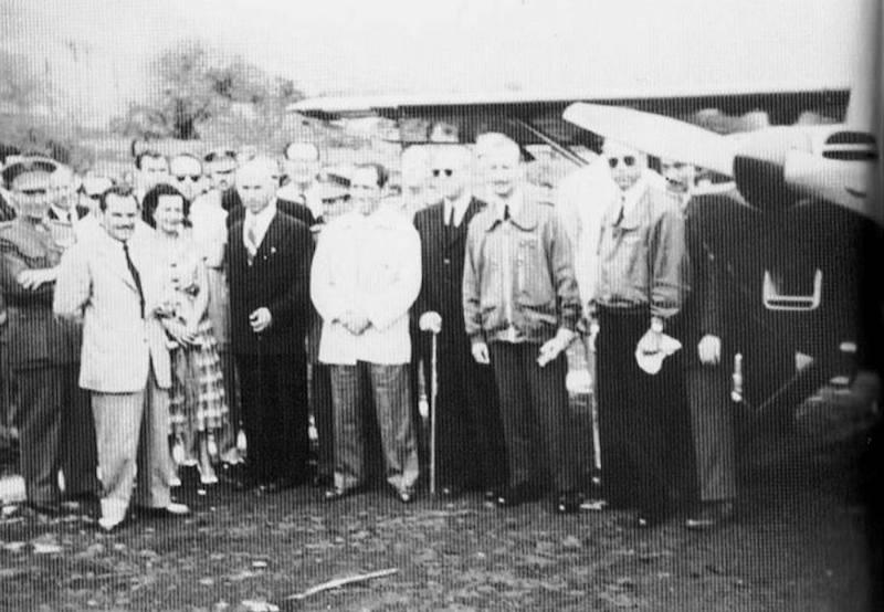 Foto de familia de los cuatro ocupantes de la avioneta