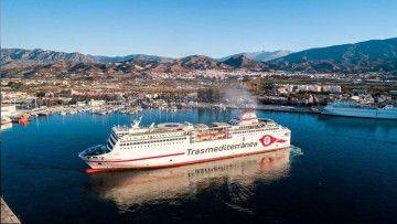 """El buque """"Ciudad de Granada"""" maniobra esta mañana en el puerto de Motril"""