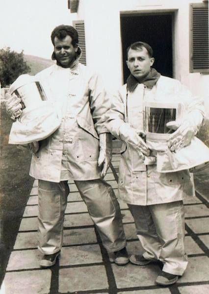Agustín Perera Betancor (izquierda, bombero) y Agapito Montero Martín, radiotelegrafista, vestido de bombero