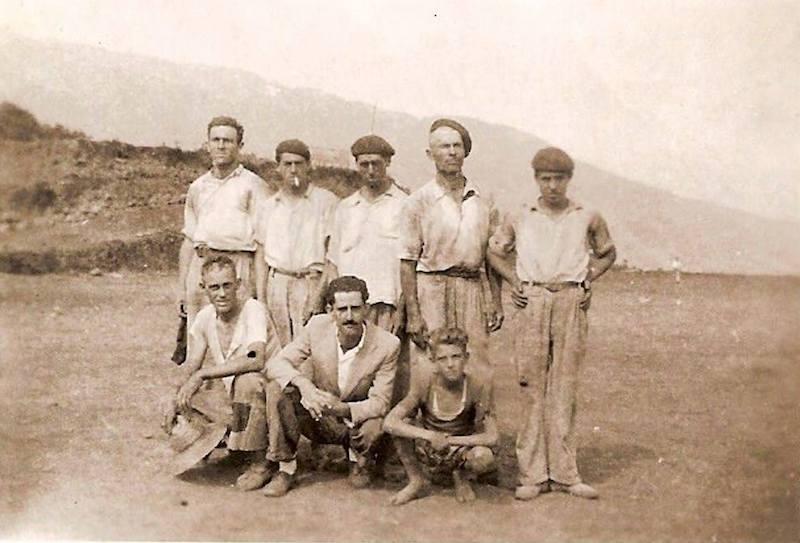 Grupo de obreros que trabajaron en la pista del aeropuerto