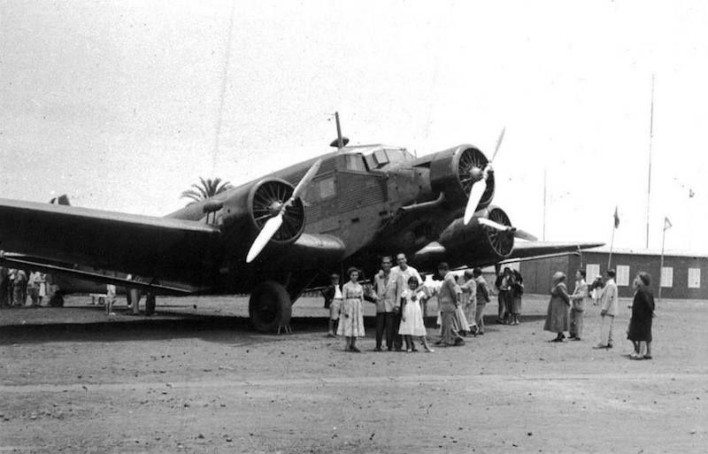 Un grupo se fotografía delante del morro de un avión Junkers Ju-52