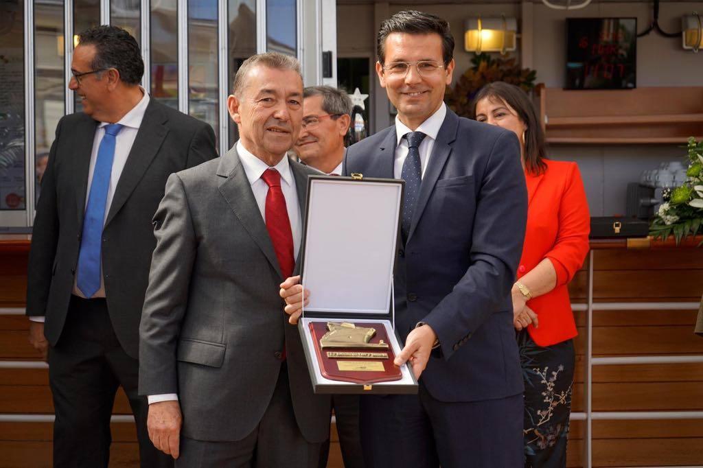 El alcalde de Granada recibe una metopa conmemorativa de Trasmediterránea