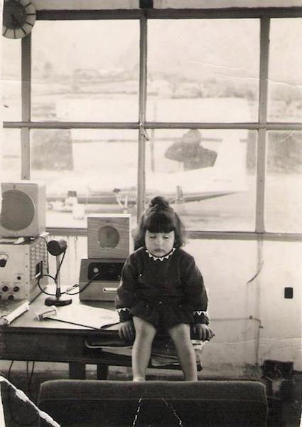 Una de las hijas del radiotelegrafista Agapito Montero, sentada en el fanal de la torre de control (1967)