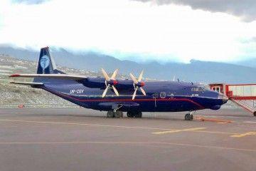 El cuatrimotor de fabricación soviética An-12BK, en el aeropuerto de La Palma