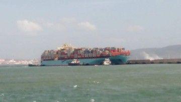 """El buque """"Maersk Sentosa"""", en la maniobra de atraque al dique exterior"""