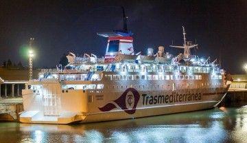 "Vista nocturna del ferry ""Vronskiy"", fletado por Trasmediterránea"