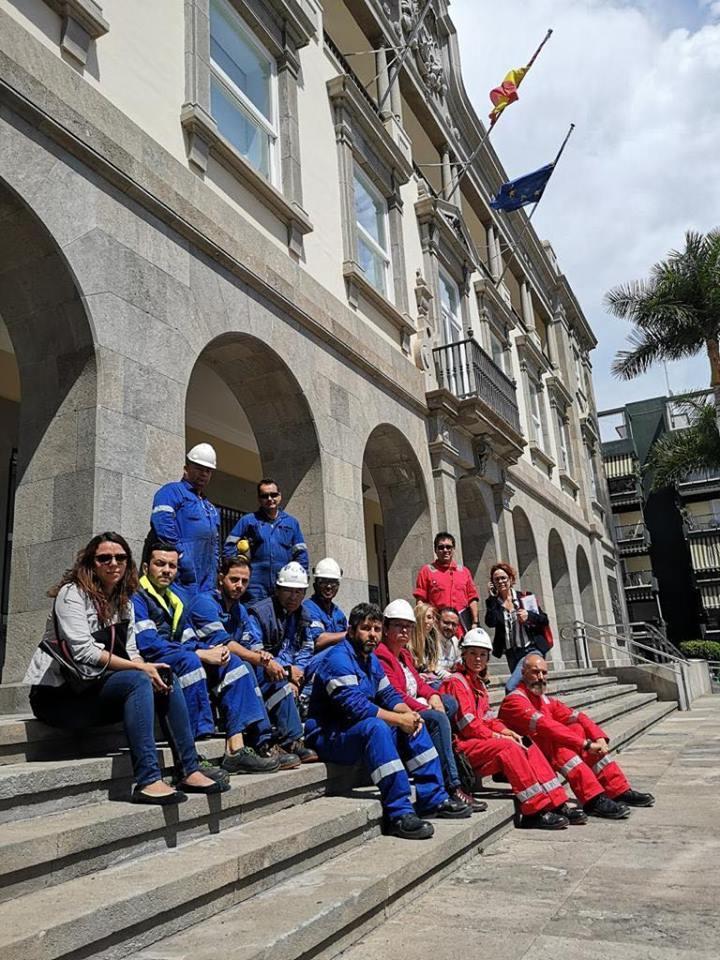 Miembros del comité de empresa de Tenerife Shipyards, ayer, ante la Autoridad Portuaria de Tenerife