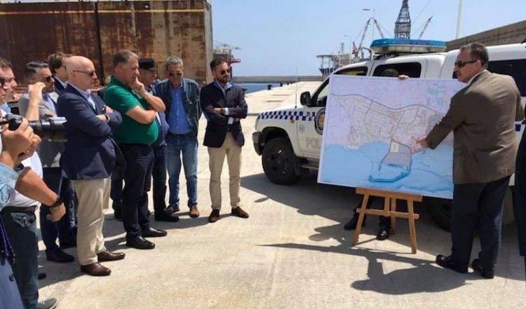 Luis Santana explica detalles del puerto de Granadilla sobre plano