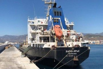 """El buque ruso """"Zapolyarye"""", en su atraque del puerto de Motril"""