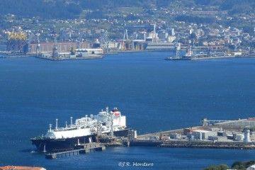 """El buque """"Castillo de Caldelas""""·, en su primera descarga para Reganosa. Al fondo, en dique seco, el petrolero """"Castillo de Trujillo"""""""