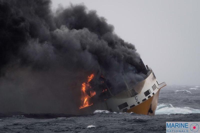 """El buque """"Grande América"""", presa del fuego, poco antes de hundirse"""