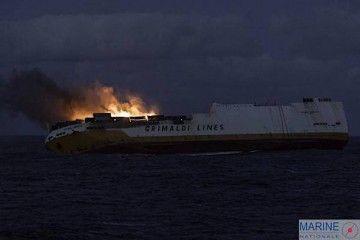 """El buque """"Grande America"""", presa de las llamas, antes de su hundimiento"""