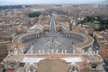 Panorámica de la plaza de San Pedro y la magistral columnata de Bernini