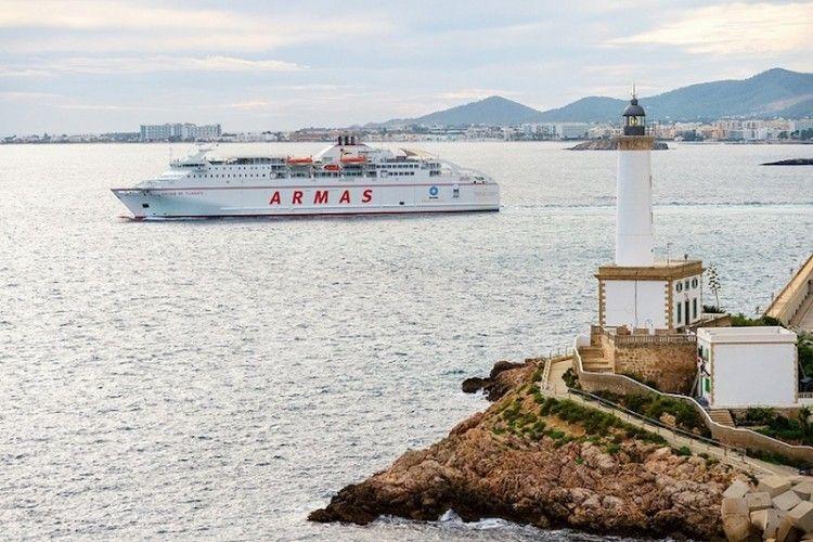 """El ferry """"Volcán de Tijarafe"""", a su salida del puerto de Ibiza"""