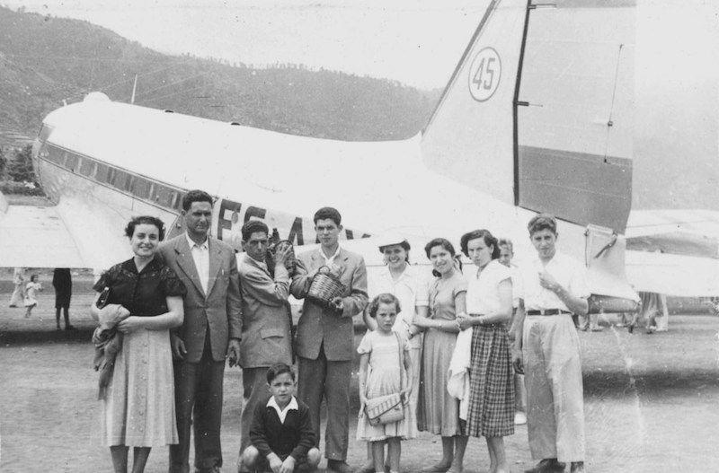 Familia de Fuencaliente en el aeropuerto. El niño es José Carlos Pérez Torres, (años más tarde, comandante de AVIACO e Iberia