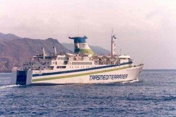 """El buque """"Ciudad de Santa Cruz de La Palma"""" zarpa del puerto tinerfeño en viaje a Sevilla (agosto de 1992)"""