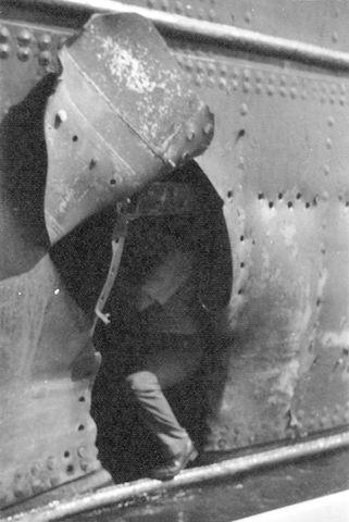 El capitán Jaume, en el boquete que produjo la explosión