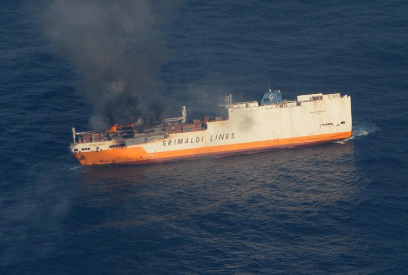 La tripulación abandonó el buque cuando no pudo controlar el avance de las llamas