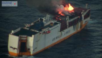 El fuego está localizado en la cubierta de contenedores