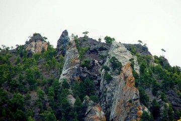 Sobre lo alto de Jedey se encuentra la fisura eruptiva del volcán de 1585, conocido también como volcán de Tihuya. La voz popular lo denomina Los Campanarios