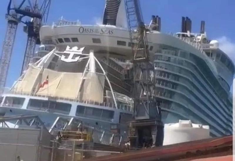 El buque está escorado en el interior del dique flotante