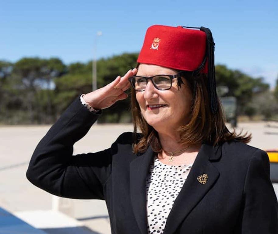 Pilar Rodríguez-Guerra saluda a la Bandera