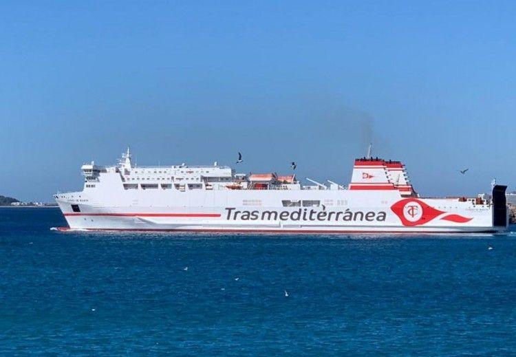 """El buque """"Ciudad de Mahón"""", a su salida, esta mañana, del puerto de Ibiza"""