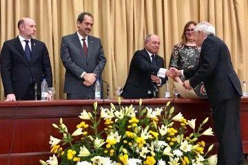 El profesor Enrique García Melón recibe un diploma de manos del director adjunto de la Sección, Antonio Burgos Ojeda