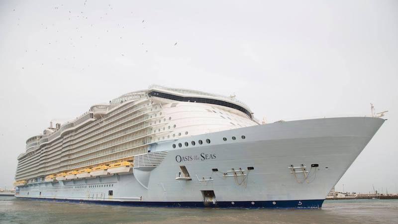 """El megacrucero """"Oasis of the Seas"""", a su llegada a Cádiz"""