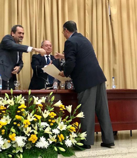 Pedro Anatael Meneses Roqué recoge su reconocimiento