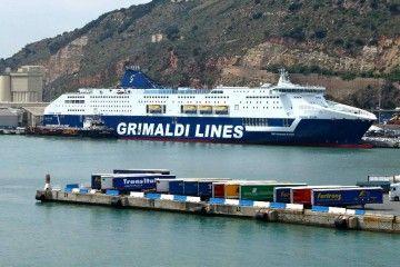 """El recién alargado superferry """"Cruise Roma"""", en el puerto de Barcelona"""