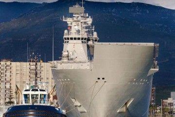 """Vista de proa del LHD """"Juan Carlos I"""" atracado en el puerto de Algeciras"""