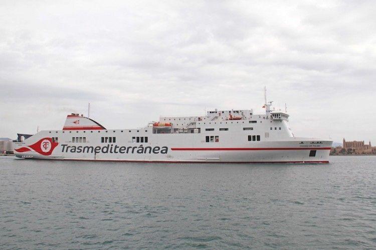 """El buque """"Ciudad de Palma"""" y la catedral de Palma al fondo"""