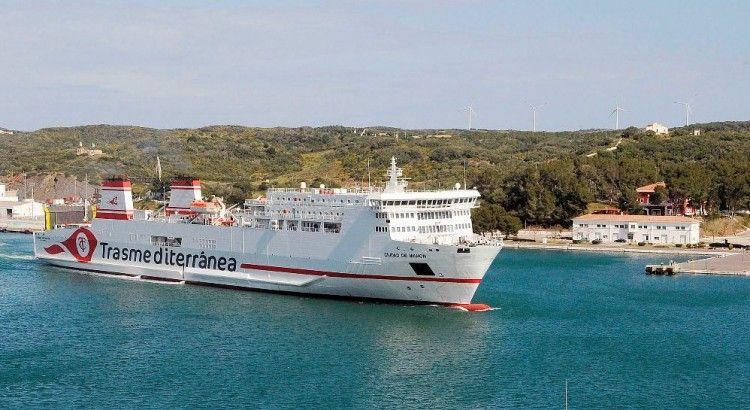 """El buque  """"Ciudad de Mahón"""", a su llegada esta mañana al  puerto de Mahón"""