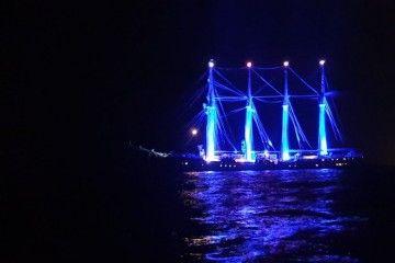 """La arboladura del buque-escuela """"Juan Sebastián de Elcano"""", iluminada de azul"""