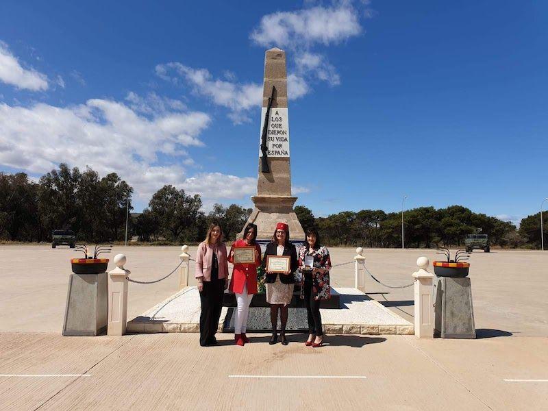 Foto de familia ante el monolito a los Caídos