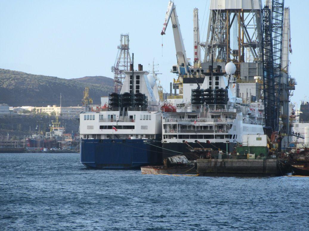 Vistos de popa, en su atraque del puerto de Las Palmas