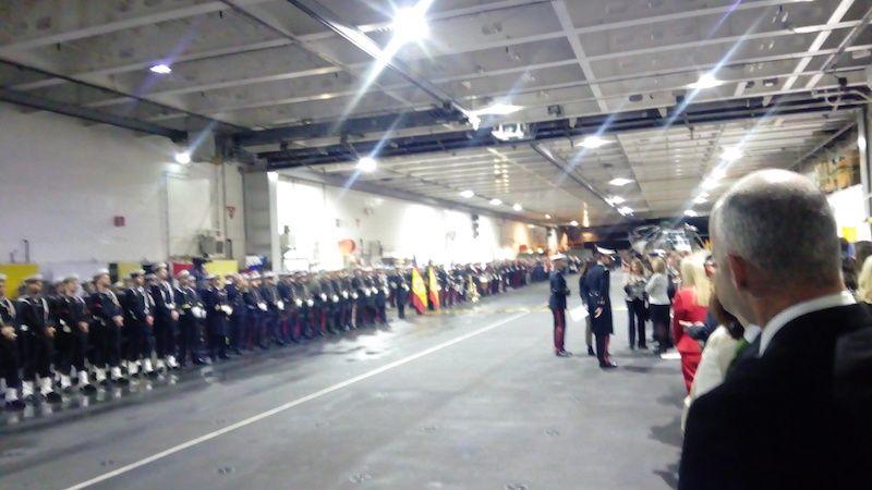La ceremonia naval y jura de bandera se celebró en el hangar de buque