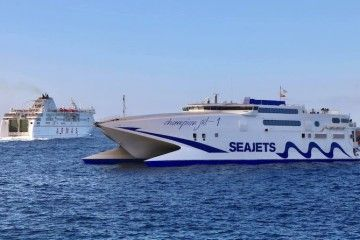 """El ferry """"Volcán de Taburiente"""" y el catamarán """"Champion Jet 1"""" coinciden en aguas de Los Cristianos"""